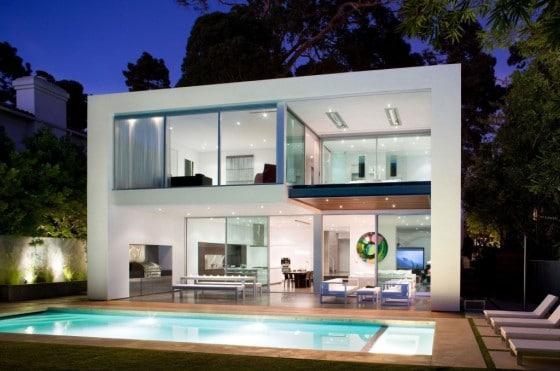 fachada posterior de casa moderna de dos pisos