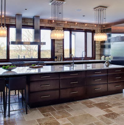 Gran isla para cocina con iluminación en techos