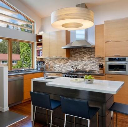 Peque a cocina con barra en color blanco construye hogar - Cocinas en color blanco ...