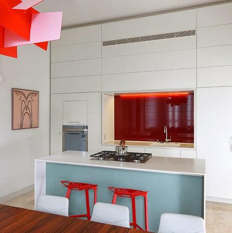 Pequeña cocina en tonos rojos