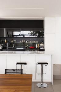 Detall de taburetes bancos de cocina cromados