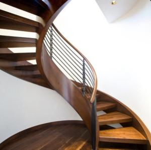 Diseño de escalera caracol por Karen White Interior Design
