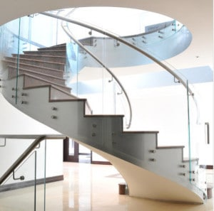 Diseño de escalera en espiral por European Cabinets & Design Studios