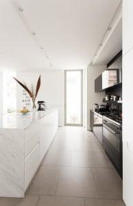 Diseño de moderna cocina en casa con poco ancho