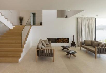 Vista de la sala y escalera de casa de playa