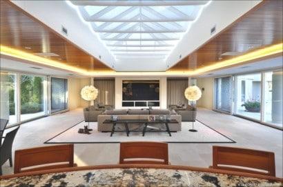 Diseño de sala con iluminación por el techo