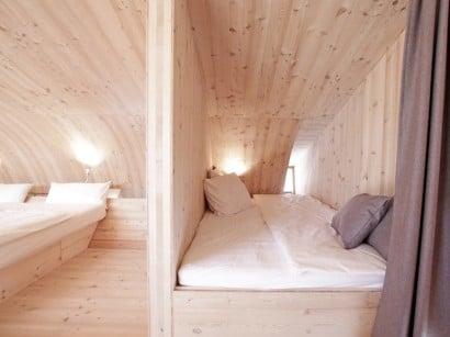 Dormitorios de pequeña casa de madera