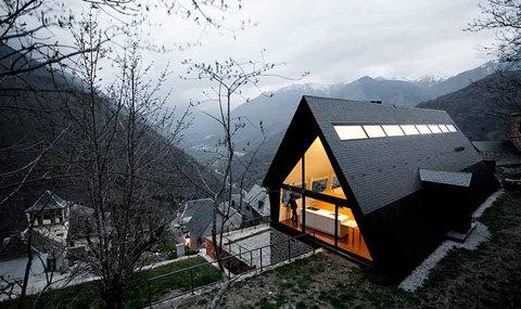 Dise o de moderna casa de dos pisos en los pirineos for Casa moderna a dos aguas