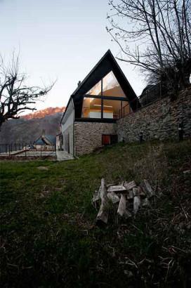 Fachada de moderna casa en los pirineos