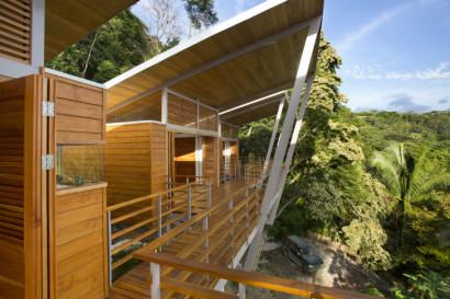 Techo alto en casa de madera