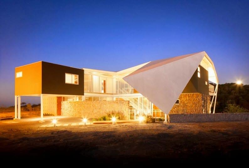 Fachada y dise o de casa moderna en la colina estilo for Casa moderna en la montana