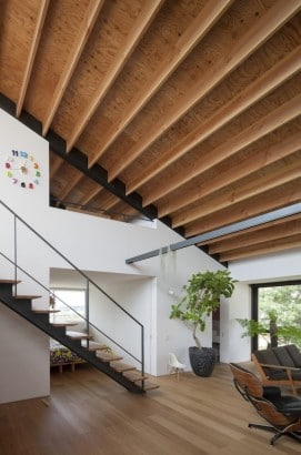 Diseño de escalera y techo de casa moderna de un piso