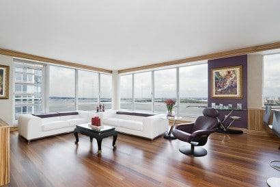 Diseño de sala de departamento con pisos de madera
