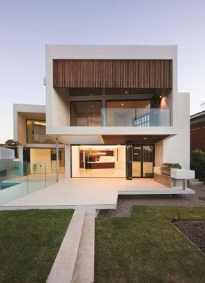 Fachada posterior de moderna casa de dos pisos de hormigón