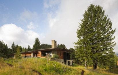 Vista de moderna casa de campo