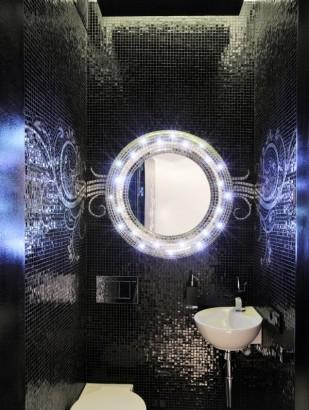 Diseño de cuarto de baño con azulejos negros