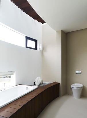 Diseño de cuarto de baño con tina madera y piedra