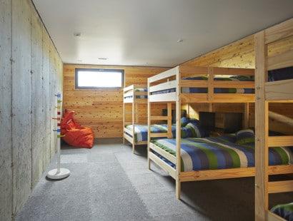 Diseño de dormitorio grupal en zotano