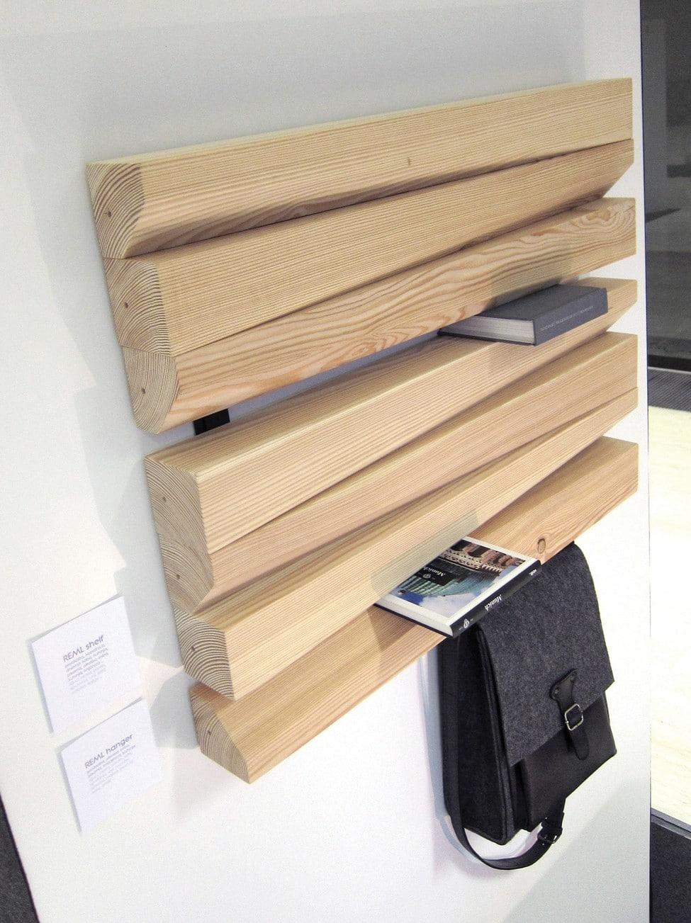 El diseño biselado de las barras de madera permite ingresar objetos y ...