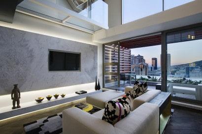 Diseño de sala con vista a la ciudad de miniapartamento
