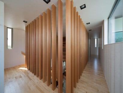 Varillas de madera en cerramiento en pasasdizo de casa