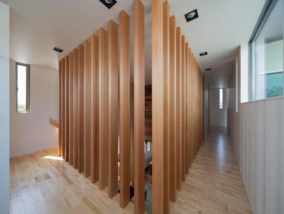 Varillas de madera en cerramiento en pasasdizo de casa - Varillas de madera ...