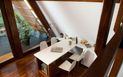 Diseño de pequeña comedor de casa autosustentable
