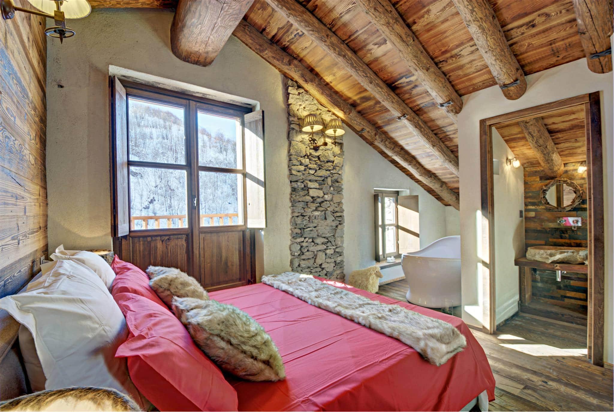Tinas De Baño Rusticas: principal de la casa que tiene cuarto de baño con una tina anexa
