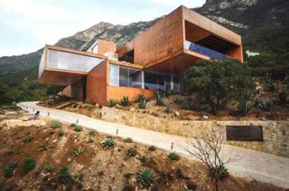 Fachada de casa moderna en montaña
