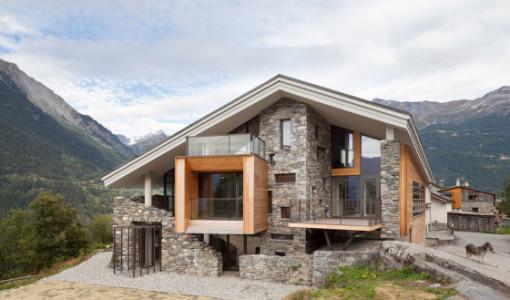 diseo de casa moderna en la montaa fachada de madera y piedra la integran al entorno rural