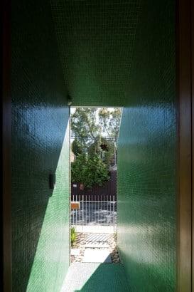 Ingreso principal con azulejos