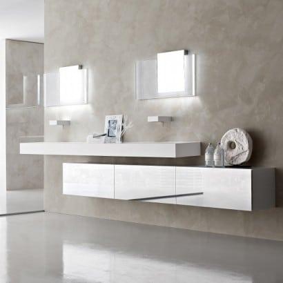Moderno cuarto de baño blanco