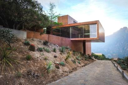 Vista de perfil de casa en la montaña