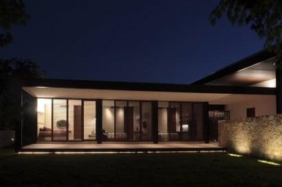 Casa en forma de l por la noche