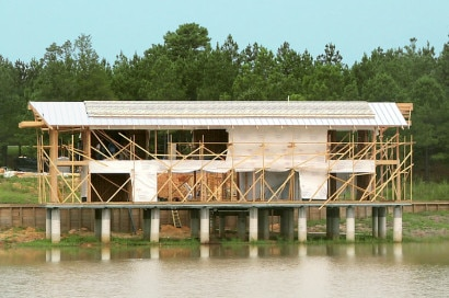Construcción de casa de madera sobre lago