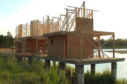 Construcción de casa de madera sobre pilotes
