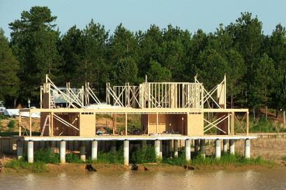 Construcción de casa sobre el lago