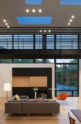 Diseño de moderna chimenea en casa triangular