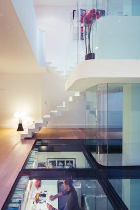 Diseño de piso transparente en casa moderna