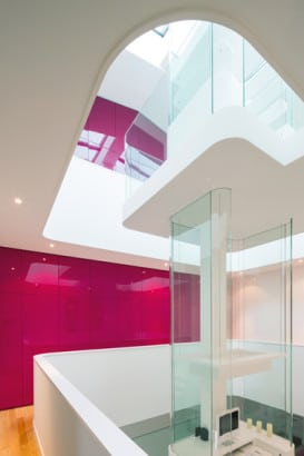 Diseño de tragaluz central de casa moderna