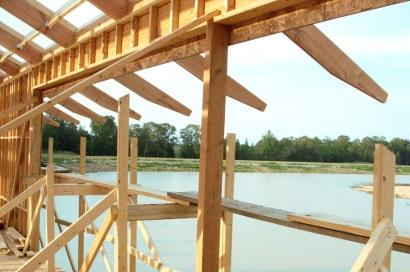 Estructura de madera de casa sobre lago