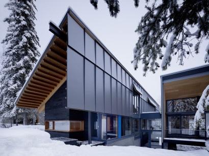 Fachada de casa moderna dividida en dos