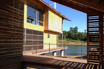 Interior de madera de casa de lago