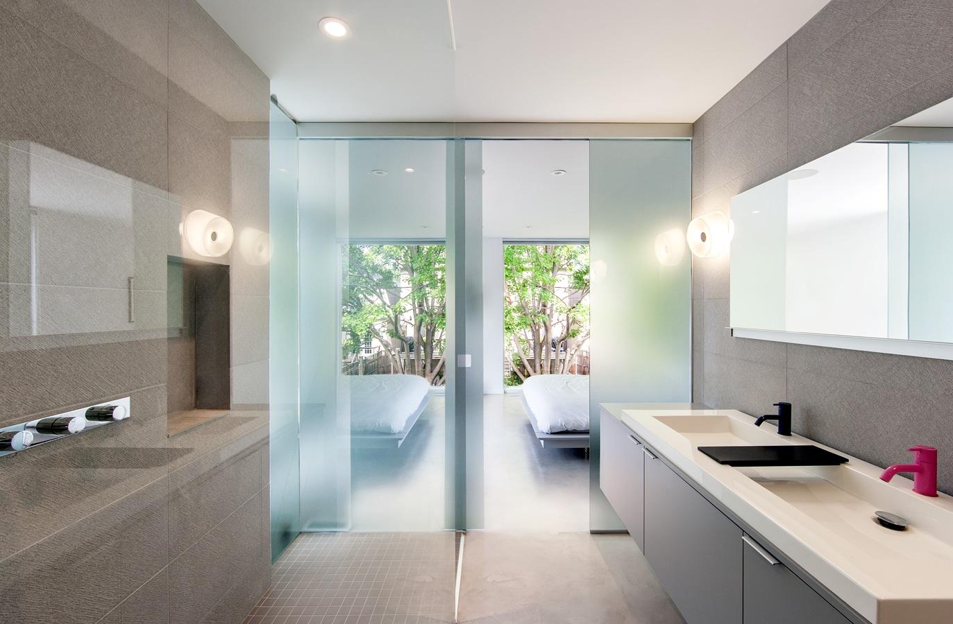 Baños Modernos Grises:Cuarto de baño moderno de color gris