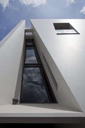 Diseño de abertura en fachada de casa moderna