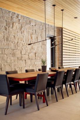 Diseño de comedor con paredes de piedra