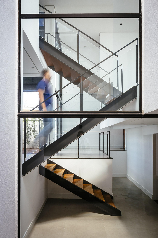 Dise o de moderna casa de dos pisos con fachada y planos for Pisos para escaleras de concreto