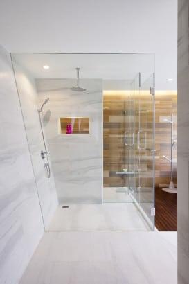 Diseño de moderna ducha en cuarto de baño