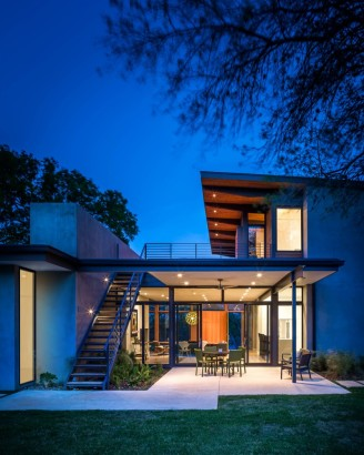 Escaleras en fachada de casa de dos pisos