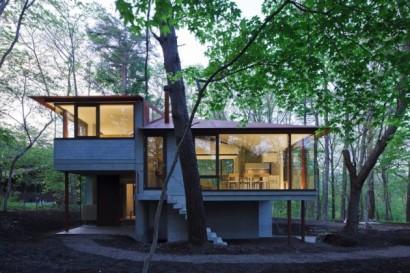 Fachada de casa de campo de dos pisos